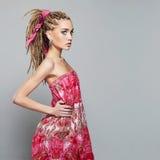 Menina bonita com dreadlocks jovem mulher da beleza com tranças africanas Imagens de Stock