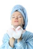 Menina bonita com espuma do banho em suas mãos Fotos de Stock Royalty Free