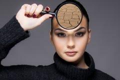 Menina bonita com fim do problema de pele seca acima do conceito imagens de stock