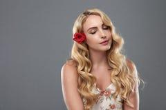 Menina bonita com a flor no cabelo foto de stock royalty free