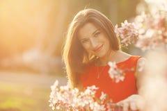 Menina bonita com flores da mola Fotografia de Stock