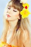 Menina bonita com flores em seu cabelo. fotos de stock royalty free