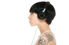 Menina bonita com fones de ouvido Fotos de Stock Royalty Free