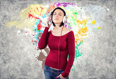 Menina com fones de ouvido Fotografia de Stock Royalty Free