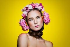 Menina bonita com fones de ouvido florais Foto de Stock Royalty Free