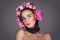 Menina bonita com fones de ouvido florais Imagem de Stock