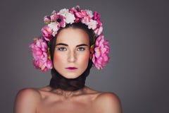Menina bonita com fones de ouvido florais Imagem de Stock Royalty Free
