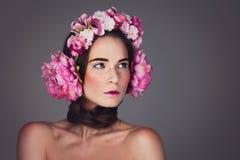 Menina bonita com fones de ouvido florais Fotos de Stock Royalty Free
