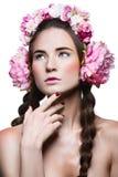 Menina bonita com fones de ouvido florais Foto de Stock
