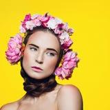 Menina bonita com fones de ouvido florais Fotografia de Stock