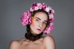 Menina bonita com fones de ouvido florais Fotografia de Stock Royalty Free