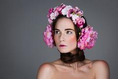 Menina bonita com fones de ouvido florais Imagens de Stock Royalty Free