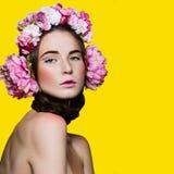 Menina bonita com fones de ouvido florais Imagens de Stock