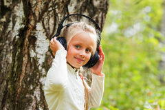 Menina bonita com fones de ouvido fora Imagem de Stock Royalty Free