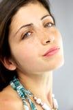 Menina bonita com freckles e olhos azuis Fotografia de Stock Royalty Free