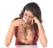 Menina bonita com frio e dor de cabeça severos Foto de Stock Royalty Free