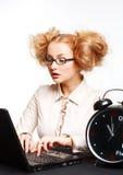 Menina bonita com funcionamento de vidros no computador imagens de stock