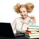Menina bonita com funcionamento de vidros no computador imagens de stock royalty free