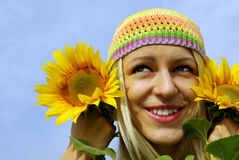 Menina bonita com girassóis Fotos de Stock Royalty Free
