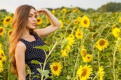Menina bonita com girassóis Fotografia de Stock