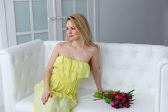 Menina bonita com grupo da tulipa 8 de março, o feriado das mulheres internacionais Fotografia de Stock