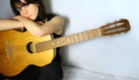 Menina bonita com guitarra Fotografia de Stock