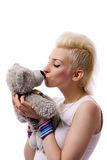 A menina bonita com hairand louro e o brinquedo carregam fotografia de stock