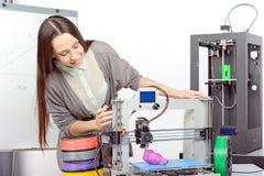 Menina bonita com impressora tridimensional Fotos de Stock Royalty Free