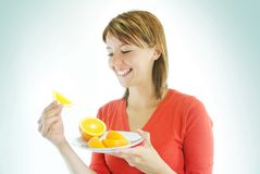 Menina bonita com laranja Imagem de Stock Royalty Free