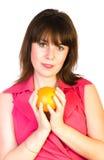 Menina bonita com a laranja nas mãos Fotografia de Stock