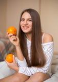 Menina bonita com laranjas fotos de stock royalty free