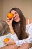 Menina bonita com laranjas imagens de stock