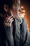 A menina bonita com mão no bokeh dourado ilumina o fundo Foto de Stock