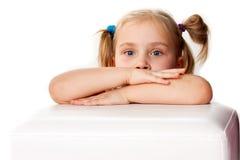 Menina bonita com mãos e o ponyta dobrados Fotografia de Stock
