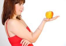 Menina bonita com a maçã na palma Fotografia de Stock
