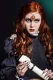 Menina bonita com modo longo do cabelo na imagem da bruxa com o rato em seu ombro, pregos falsos longos pretos com brilhante Imagens de Stock