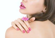 Menina bonita com o ascendente próximo cor-de-rosa brilhante da composição e do acessório Fotos de Stock