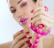Menina bonita com o ascendente próximo cor-de-rosa brilhante da composição e do acessório Fotografia de Stock Royalty Free