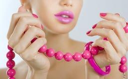 Menina bonita com o ascendente próximo cor-de-rosa brilhante do tratamento de mãos e do acessório Fotografia de Stock