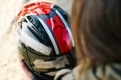Menina bonita com o capacete feito sob encomenda da motocicleta fotografia de stock