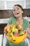Menina bonita com o prato das frutas foto de stock