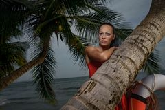 Menina bonita com o tubo do flutuador na praia fotografia de stock royalty free