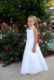 Menina bonita com o vestido branco longo imagens de stock royalty free