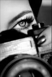 A menina bonita com olhos bonitos faz imagens em um parque da cidade Pequim, foto preto e branco de China Imagens de Stock Royalty Free