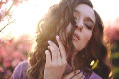 Menina bonita com ondas foto de stock royalty free