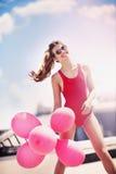 Menina bonita com os balões no telhado Fotos de Stock