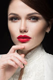 Menina bonita com os bordos vermelhos na roupa branca sob a forma de retro Face da beleza Imagem de Stock Royalty Free