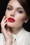 Menina bonita com os bordos vermelhos na roupa branca sob a forma de retro Face da beleza Fotos de Stock