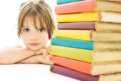 Menina bonita com os livros de escola na tabela. Foto de Stock Royalty Free