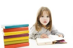 Menina bonita com os livros de escola na tabela fotografia de stock royalty free